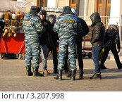 Купить «Москва. Полицейские проверяют документы у приезжих на Манежной площади», эксклюзивное фото № 3207998, снято 30 января 2012 г. (c) lana1501 / Фотобанк Лори