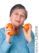 Пенсионерка и мандарины. Стоковое фото, фотограф Куликова Вероника / Фотобанк Лори