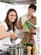 Купить «Девушка пробует еду, предложенную парнем», фото № 3211650, снято 30 марта 2010 г. (c) CandyBox Images / Фотобанк Лори