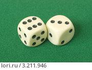 Купить «Кубики для азартной игры на зеленом сукне», фото № 3211946, снято 26 января 2012 г. (c) Владислав Иванцов / Фотобанк Лори