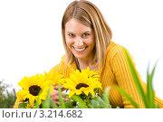 Купить «Прекрасная девушка с подсолнухами», фото № 3214682, снято 3 мая 2010 г. (c) CandyBox Images / Фотобанк Лори