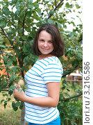 Девушка держит ветвь с яблоком. Стоковое фото, фотограф Ольга Богданова / Фотобанк Лори