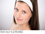 Купить «Длинноволосая шатенка с повязкой на голове», фото № 3216602, снято 16 июня 2010 г. (c) CandyBox Images / Фотобанк Лори