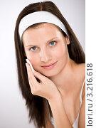Шатенка  с повязкой на голове стирает косметику с лица ватным диском. Стоковое фото, фотограф CandyBox Images / Фотобанк Лори