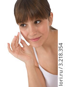Купить «Молодая брюнетка протирает лицо ватным диском», фото № 3218354, снято 10 марта 2010 г. (c) CandyBox Images / Фотобанк Лори