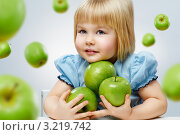 Купить «Девочка держит несколько зелёных яблок», фото № 3219742, снято 23 января 2012 г. (c) Константин Юганов / Фотобанк Лори
