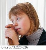 Портрет грустной девочки, держащейся руками за спинку стула. Стоковое фото, фотограф Игорь Низов / Фотобанк Лори