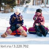 Купить «Две девочки   сидя на тюбингах показывают, что всё будет хорошо», эксклюзивное фото № 3220702, снято 29 января 2012 г. (c) Игорь Низов / Фотобанк Лори