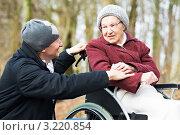 Купить «Пожилая женщина в инвалидной коляске разговаривает с сыном», фото № 3220854, снято 15 июня 2018 г. (c) Дмитрий Калиновский / Фотобанк Лори