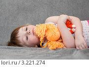 Купить «Девочка спит на диване в обнимку с куклой», фото № 3221274, снято 19 июля 2018 г. (c) Кекяляйнен Андрей / Фотобанк Лори