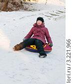 Купить «Девочка подросток едет с горки на тюбинге», эксклюзивное фото № 3221966, снято 28 января 2012 г. (c) Игорь Низов / Фотобанк Лори