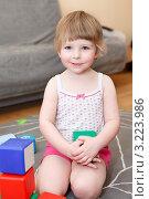 Купить «Трехлетняя девочка играет в кубики на полу», фото № 3223986, снято 19 июня 2019 г. (c) Кекяляйнен Андрей / Фотобанк Лори