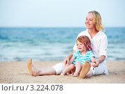 Купить «Мама с ребенком на пляже», фото № 3224078, снято 22 мая 2018 г. (c) Дмитрий Калиновский / Фотобанк Лори