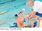 Молодой человек в бассейне узнает свои результаты у тренера. Стоковое фото, фотограф CandyBox Images / Фотобанк Лори