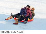 Купить «Две радостные девочки и мальчик едут на тюбинге с горки», эксклюзивное фото № 3227026, снято 5 февраля 2012 г. (c) Игорь Низов / Фотобанк Лори