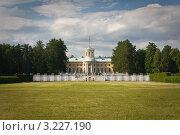Старинный дворец в зелёном, солнечном парке (2011 год). Редакционное фото, фотограф Олег Абрамов / Фотобанк Лори