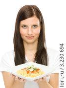 Купить «Красивая девушка держит двумя руками тарелку с пастой», фото № 3230694, снято 4 февраля 2011 г. (c) CandyBox Images / Фотобанк Лори