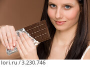 Купить «Девушка с плиткой темного шоколада», фото № 3230746, снято 4 февраля 2011 г. (c) CandyBox Images / Фотобанк Лори