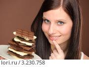 Девушка держит аппетитный шоколад на тарелке. Стоковое фото, фотограф CandyBox Images / Фотобанк Лори
