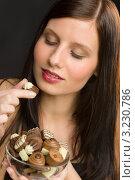 Девушка ест шоколадные конфеты. Стоковое фото, фотограф CandyBox Images / Фотобанк Лори