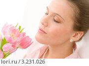 Купить «Красивая девушка вдыхает аромат тюльпанов», фото № 3231026, снято 9 февраля 2011 г. (c) CandyBox Images / Фотобанк Лори