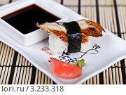 Суши с угрём на блюде с соевым соусом, имбирём и васаби. Стоковое фото, фотограф Наталия Китаева / Фотобанк Лори