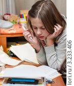 Купить «Девочка задумалась над уроками дома», эксклюзивное фото № 3233406, снято 25 января 2012 г. (c) Игорь Низов / Фотобанк Лори