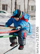 Купить «Ребенок останавливает вращение карусели», эксклюзивное фото № 3237606, снято 13 марта 2011 г. (c) Родион Власов / Фотобанк Лори