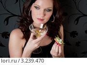 Купить «Бокал шампанского и легкая закуска в руках молодой брюнетки», фото № 3239470, снято 26 февраля 2011 г. (c) CandyBox Images / Фотобанк Лори