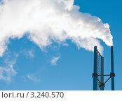 Купить «Дым из трёх труб на фоне голубого неба», эксклюзивное фото № 3240570, снято 28 января 2012 г. (c) Игорь Низов / Фотобанк Лори