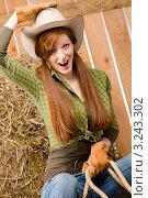 Купить «Портрет молодой женщины в ковбойской шляпе, веселая наездница», фото № 3243302, снято 30 марта 2011 г. (c) CandyBox Images / Фотобанк Лори