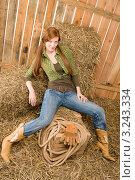 Купить «Портрет отдыхающей на сене молодой женщины в ковбойском стиле», фото № 3243334, снято 30 марта 2011 г. (c) CandyBox Images / Фотобанк Лори