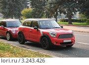 Купить «Два красных автомобиля Mini Cooper (Мини-Купер)», эксклюзивное фото № 3243426, снято 8 октября 2011 г. (c) Алёшина Оксана / Фотобанк Лори