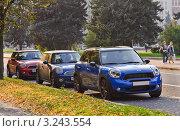 Купить «Три автомобиля Mini Cooper (Мини-Купер)», эксклюзивное фото № 3243554, снято 8 октября 2011 г. (c) Алёшина Оксана / Фотобанк Лори