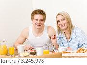 Купить «Портрет радостной молодой пары  за завтраком», фото № 3245978, снято 16 апреля 2011 г. (c) CandyBox Images / Фотобанк Лори