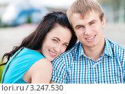Купить «Портрет влюбленной молодой пары на открытом воздухе», фото № 3247530, снято 28 июля 2011 г. (c) Александр Маркин / Фотобанк Лори