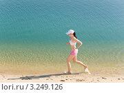 Купить «Спортивная девушка бежит по пляжу», фото № 3249126, снято 25 мая 2011 г. (c) CandyBox Images / Фотобанк Лори