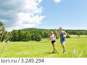 Купить «Молодые счастливые женщина и мужчина бегут по летнему, солнечному лугу», фото № 3249294, снято 7 июня 2011 г. (c) CandyBox Images / Фотобанк Лори