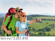 Купить «Двое улыбающихся туристов смотрят вдаль», фото № 3251410, снято 16 июня 2011 г. (c) CandyBox Images / Фотобанк Лори