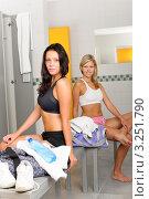 Купить «Две симпатичные девушки в раздевалке спортзала», фото № 3251790, снято 4 августа 2011 г. (c) CandyBox Images / Фотобанк Лори
