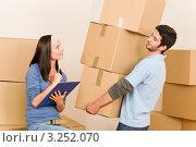 Купить «Парень поднимает несколько картонных коробок», фото № 3252070, снято 10 августа 2011 г. (c) CandyBox Images / Фотобанк Лори