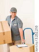 Купить «Улыбающийся курьер с посылками», фото № 3252210, снято 17 августа 2011 г. (c) CandyBox Images / Фотобанк Лори