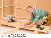 Купить «Рабочий укладывает деревянный пол в помещении», фото № 3252262, снято 22 августа 2011 г. (c) CandyBox Images / Фотобанк Лори