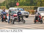 Купить «Подростки на скутерах», эксклюзивное фото № 3252574, снято 8 октября 2011 г. (c) Алёшина Оксана / Фотобанк Лори