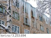 Купить «Сосульки свисают с крыши дома», фото № 3253694, снято 13 января 2010 г. (c) Михаил Смиров / Фотобанк Лори
