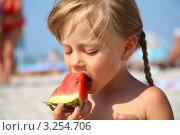 Купить «Девочка ест арбуз на пляже», фото № 3254706, снято 29 июля 2011 г. (c) Павел Лысенко / Фотобанк Лори