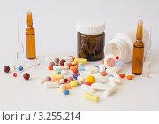 Ампулы и баночки с лекарствами, разноцветные таблетки и пилюли. Стоковое фото, фотограф Михеев Павел / Фотобанк Лори