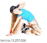 Девочка стоит на коленях и держит кепку (2012 год). Редакционное фото, фотограф Павел Сазонов / Фотобанк Лори