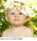 Купить «Маленький голубоглазый ребенок с венком на голове», фото № 3257042, снято 20 июля 2011 г. (c) AniriAnA / Фотобанк Лори
