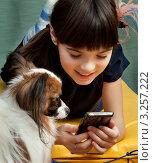 Купить «Девочка пользуется мобильным телефоном», фото № 3257222, снято 23 июля 2018 г. (c) Михаил Иванов / Фотобанк Лори